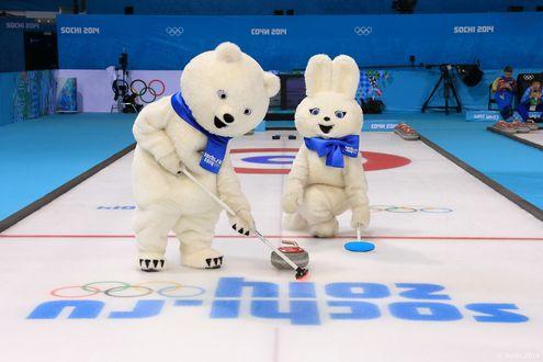 Обои Талисманы Олимпийских игр в Сочи 2014 Белый Мишка и Зайка играют в Керлинг