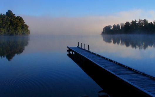 Обои Деревянный мостик на озере, по которому стелется вечерний туман