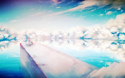 Обои Анимешная девушка с двумя длинными хвостиками стоит на мосту на фоне ярко-голубого неба, которое отражается в воде