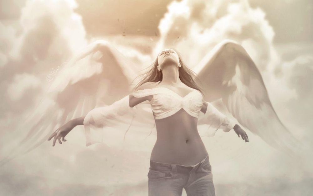 Обои для рабочего стола Девушка с белоснежными крыльями за спиной на фоне облаков