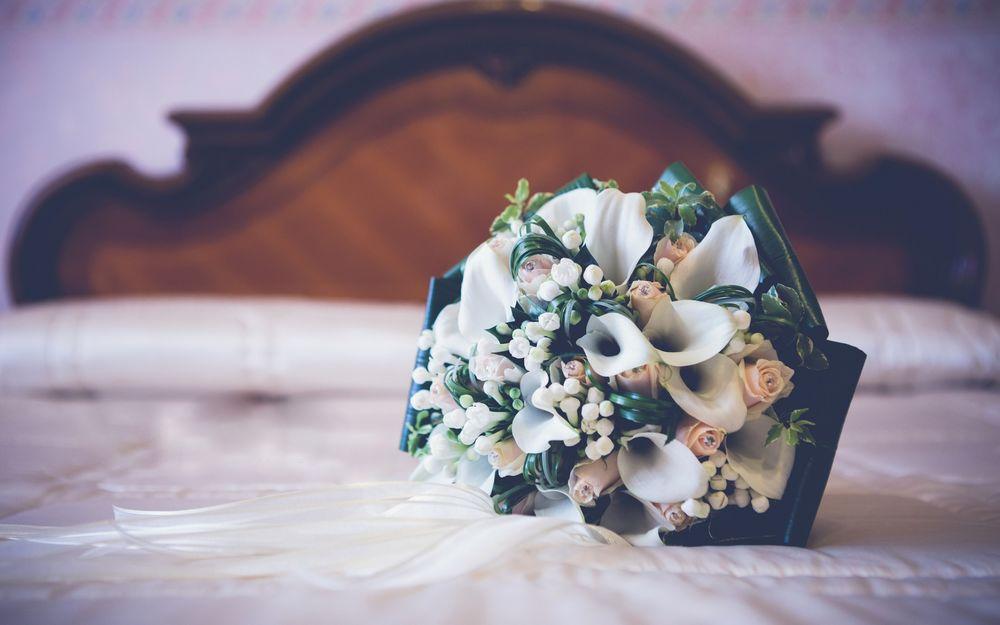 фото на кровати лежит букет цветов рецепт свинины кисло-сладком