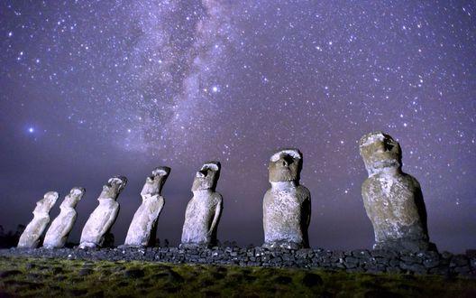 Обои Татуи Моаи на фоне звезд в фиолетовом небе, Рапа-Нуи, остров Пасхи / Moai statues, Rapa Nui, Easter Island