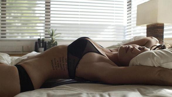 Обои Девушка лежит на постели и отдыхает