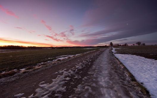 Обои Дорога в поле, с которого уже почти сошел весь снег