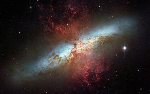 Обои Космическая туманность красно-белого цвета