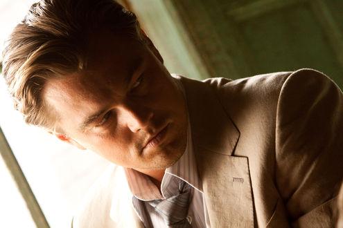 Обои Актер Леонардо Ди Каприо / Leonardo DiCaprio с серьезным лицом