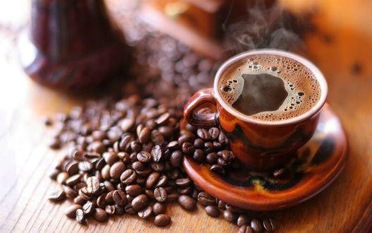 Обои Чашка с кофе в окружении кофейных зерен
