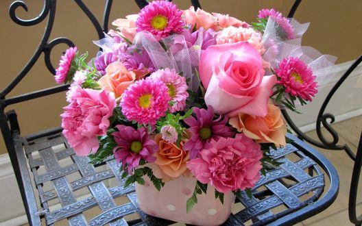Обои Букет из оранжевых, розовых роз, розовых пионов и хризантем