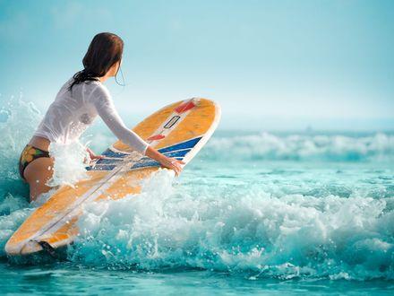 Обои Девушка с серфингом ловит волну