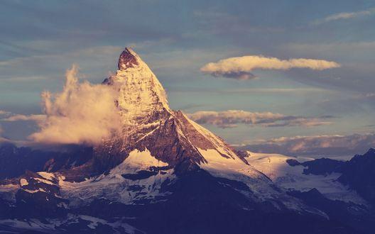 Обои Снежная скала, окутанная облаками