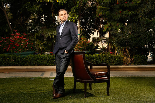 Обои Леонардо ди Каприо / Leonardo DiCaprio в саду, облокотился на стул