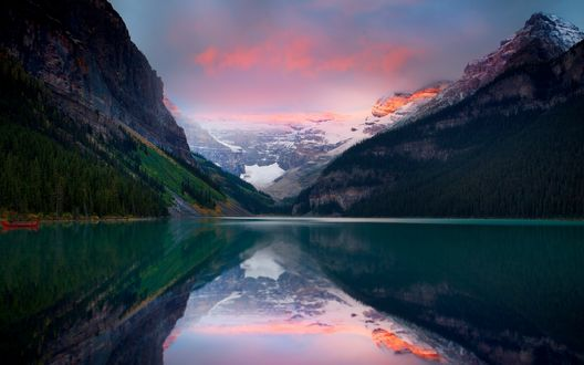 Обои Озеро на фоне красивых и заснеженных гор вдали. Фотограф Kevin McNeal