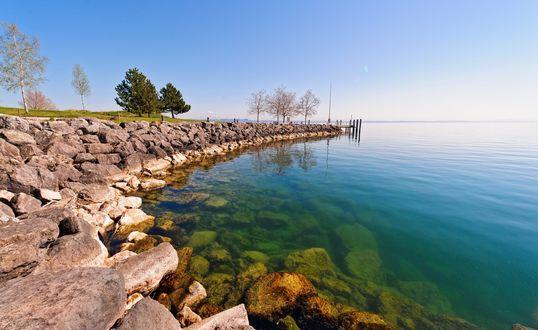 Обои Береговая линия выложена из больших камней