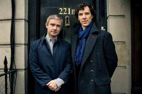 Обои Третий сезон сериала Sherlock / Шерлок, персонажи Sherlock Holmes / Шерлок Холмс и Dr John Watson / Доктор Джон Ватсон у двери 221В