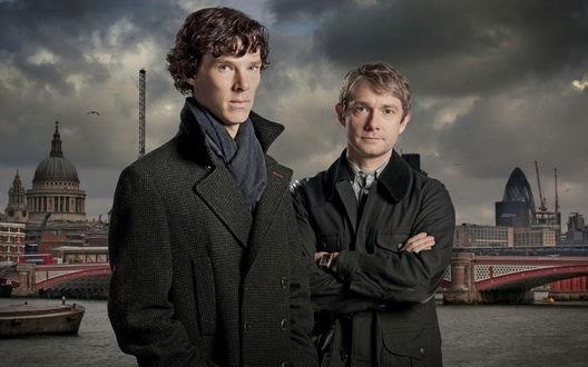 Обои Сериал Sherlock / Шерлок, персонажи Sherlock Holmes / Шерлок Холмс и Dr John Watson / Доктор Джон Ватсон на фоне пасмурного Лондона / London