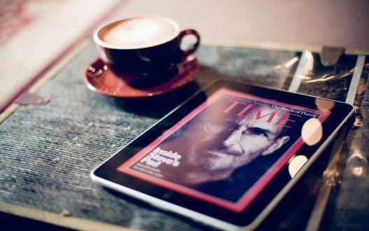 Обои Планшет Ipad 5 / Айпад 5 от компании Apple / Эппл, со Стивом Джобсом / Steve Jobs на экране, рядом стоит чашка с чаем, Time / Время