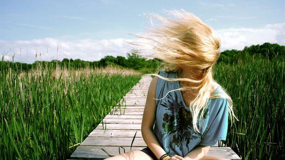 Обои Девушка с волосами закрывающими ее лицо, сидит на деревянном мостике