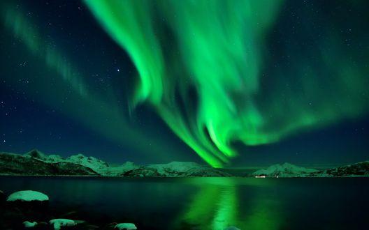 Обои Северное сияние над озером и снежными горами, Исландия / Iceland
