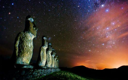 Обои Статуи Моаи на фоне звезд в небе, Рапа-Нуи, остров Пасхи / Moai statues, Rapa Nui, Easter Island