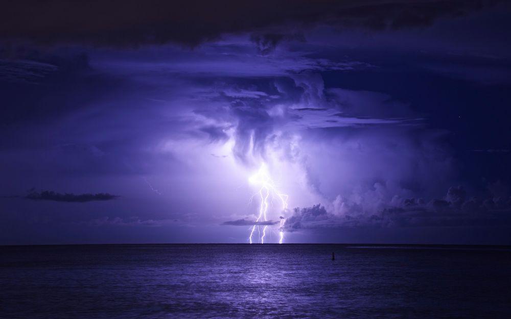 Обои Гроза в море на фоне фиолетового неба на рабочий стол