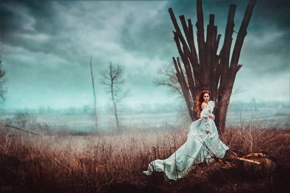 Фото девушки стоящей на дереве возле моря в белом платье фото 562-417