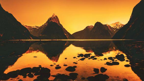Обои Озеро возле гор на закате