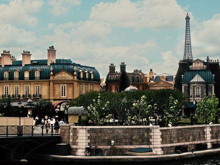 Обои Улица Парижа, за домами виднеется Эйфелева башня / Eiffel tower, Paris, France