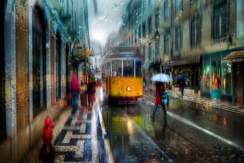 Обои Трамвай, идущий по мокрым рельсам городской улицы, прохожие, укрывшись зонтиками от дождя, спешащие по своим делам, автор Эдуард Гордеев