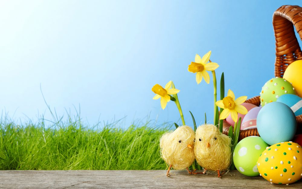 Картинки новогодних яиц на фоне природы