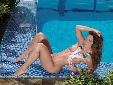 Обои Украинская фотомодель Lily C (Raisa, Anastasia Sia), обнаженная у бассейна