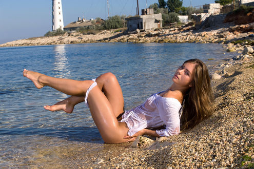 Обои Полуобнаженная украинская фотомодель Lily C (Raisa, Anastasia Sia), в мокрой блузке и спущенным до колен трусикам лежит на морском берегу