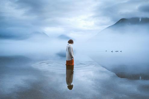 Обои Девушка стоит в воде и смотрит на птиц, фотограф Oleg Bagmutskiy