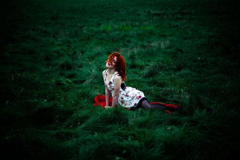 Обои Девушка на зеленой траве, фотограф Oleg Bagmutskiy