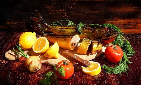 Обои Копченая скумбрия, рядом с которой на столе лежат нож, лимон, помидоры и зелень