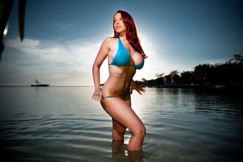 Обои Канадская модель Bianca Beauchamp / Бьянка Боушам в голубом бикини стоит в воде