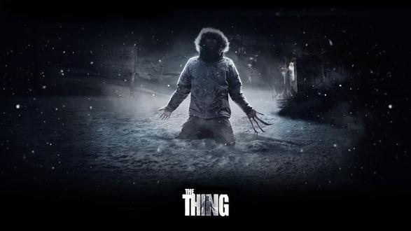 Обои Нечто, человек превращается в монстра стоя на снегу (The Thing)