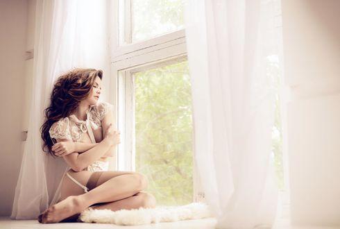 фотосессия девушки на окне