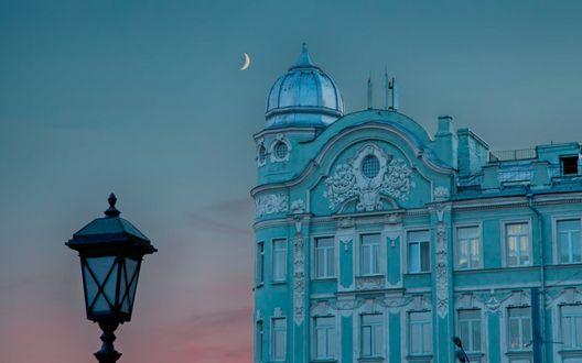 Обои Фонарь на фоне голубого здания и луны в небе, Москва, Россия / Moscow, Russia