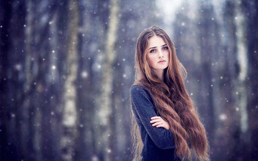 Обои Снег ложится на длинные русые волосы девушки