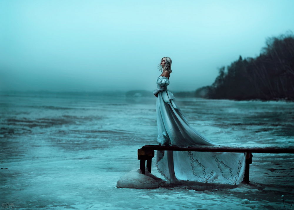 Фото девушки стоящей на дереве возле моря в белом платье фото 562-509