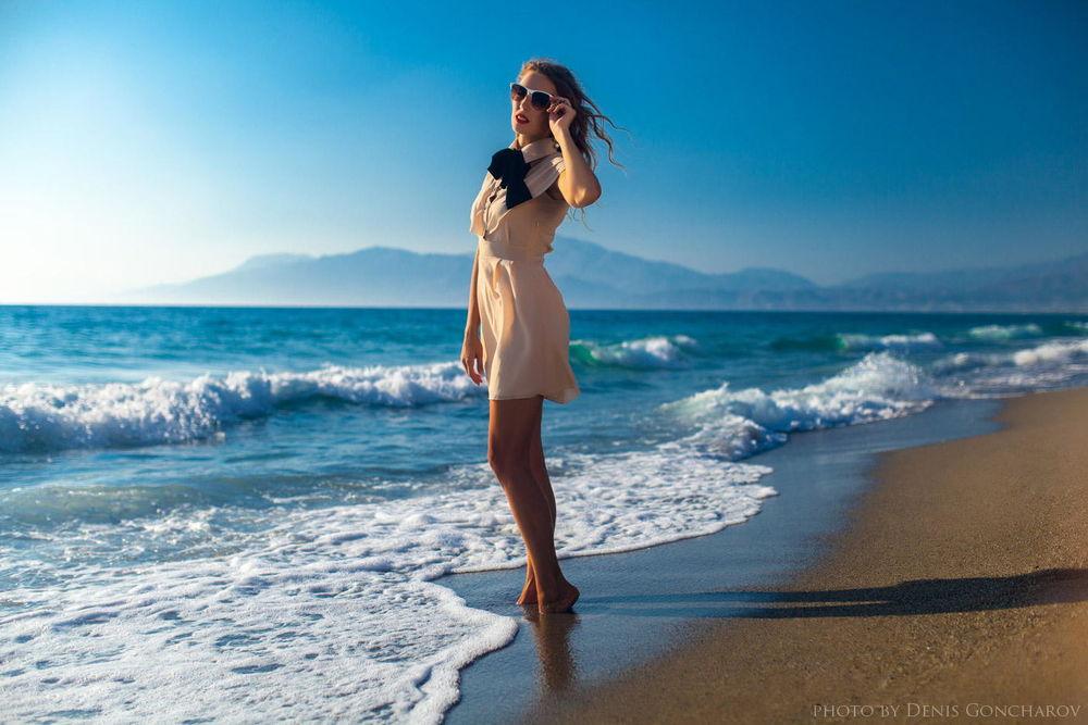 Фото девушки на море в белом платье