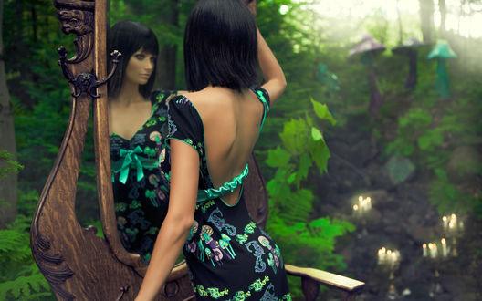 Обои Девушка смотрит на свое отражение в зеркале