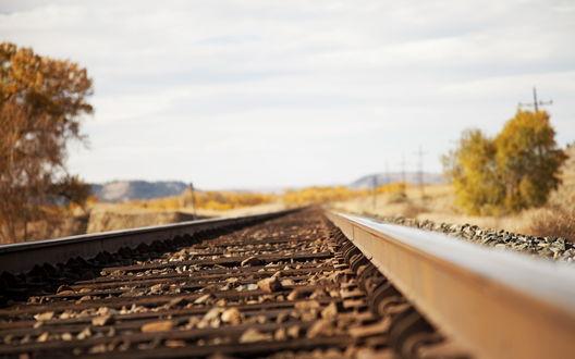 Обои Железнодорожное полотно усыпанное крупной галькой на фоне пасмурного неба