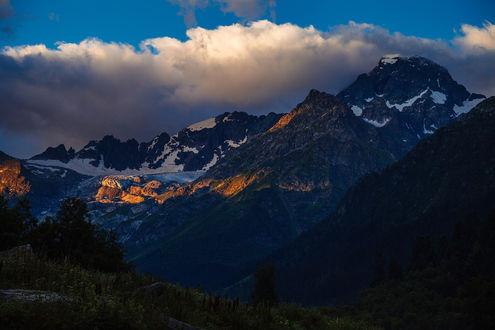 Обои Красивый горный ландшафт на фоне синего неба с белыми, кучевыми облаками
