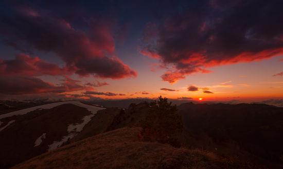 Обои Горный ландшафт на фоне заката на вечернем небосклоне с разноцветными облаками