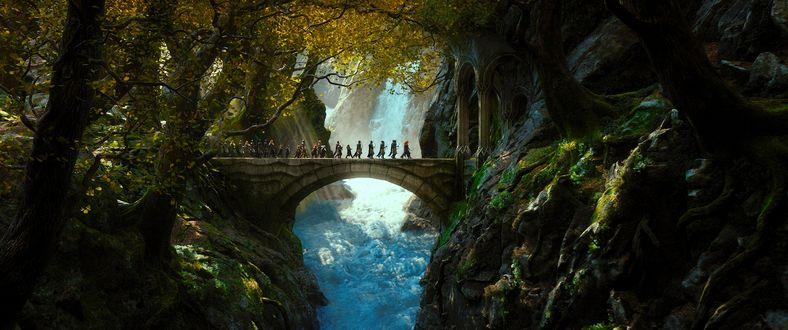 Обои Герои фильма The Hobbit / Хоббит идут по мосту над пропастью