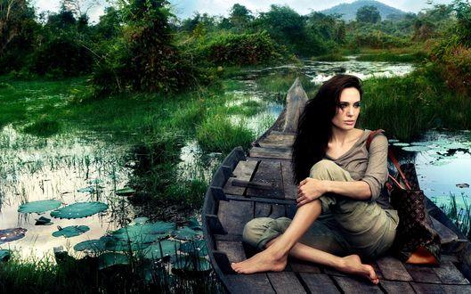 Обои Анджелина Джоли на природе