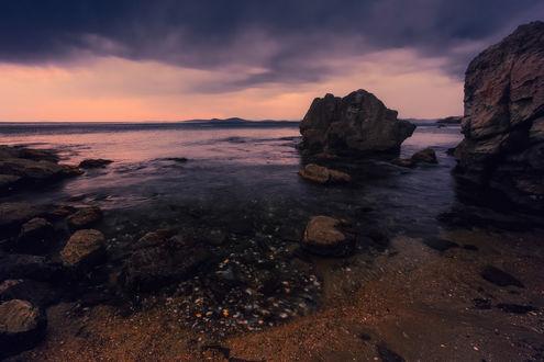 Обои Скалистое морское побережье на фоне пасмурного неба