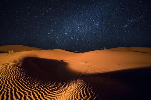 Обои Ночное, звездное небо над песчаными барханами в пустыне, фотограф Yuri Ovchinnikov / Юрий Овчинников