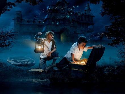 Обои Мальчик, открыв крышку сундука с удивлением рассматривает золотые монеты, найденного клада, сзади него стоит девочка, держащая перед собой горящий фонарь